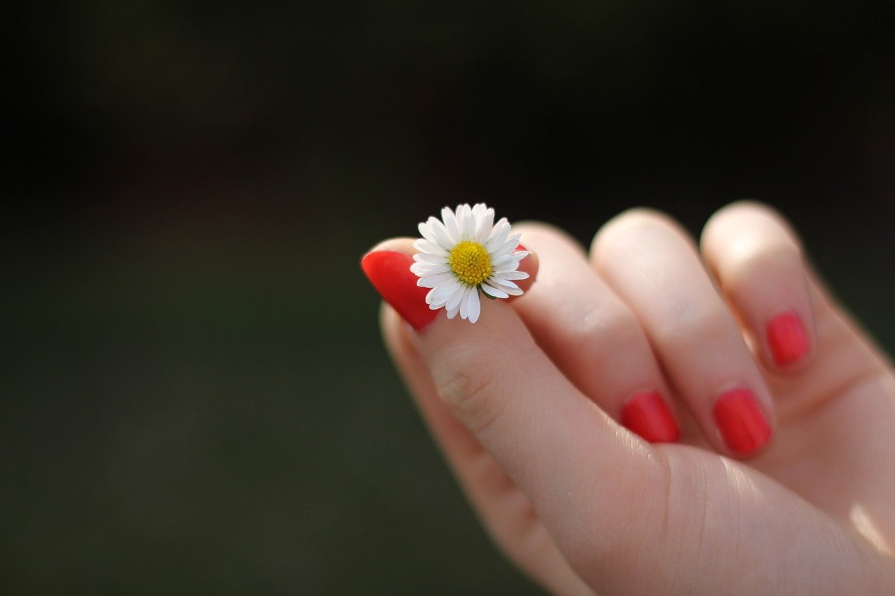 爪が長い人は日常で本当に損するの?いろいろ考察してみた